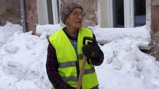 Henryka Węglewska ma 80 lat i sama odśnieża chodniki w gdańskiej Letnicy