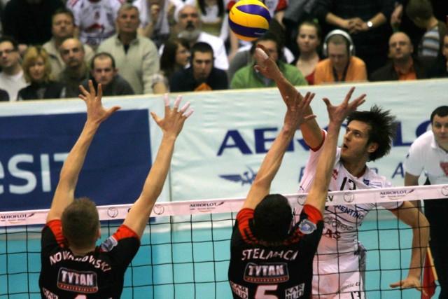 Były gracz AZS Michał Winiarski (w białym stroju) bez trudu mijał częstochowski blok