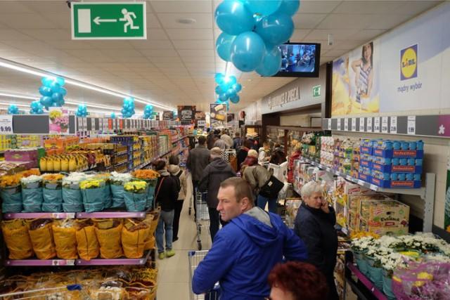 Supermarkety znów kuszą klientów niskimi cenami. Niektóre produkty kupicie nawet o 50% taniej. Wybraliśmy dla Was najciekawsze, aktualne promocje w takich sklepach jak Biedronka, Lidl, Kaufland, Auchan, Stokrotka i POLOmarket. Taniej kupicie warzywa, alkohol, mięso, masło, ale także środki czystości czy słodycze. Sprawdźcie, jak możecie sporo zaoszczędzić. Oto najlepsze promocje w supermarketach.