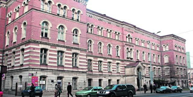 Dom dla Starców i Kalek zbudowano w 1897 r. w stylu neoromańskim
