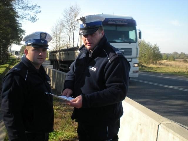 Sierżant sztabowy Leszek Polek i st. sierżant Bogdan Buczek są przekonani , że likwidacja starej betonowej bariery i montaż nowej - pośrodku jezdni - uratują wielu kierowców