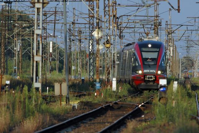 Pociągi ED74 wróciły niedawno na trasę Łódź - Warszawa