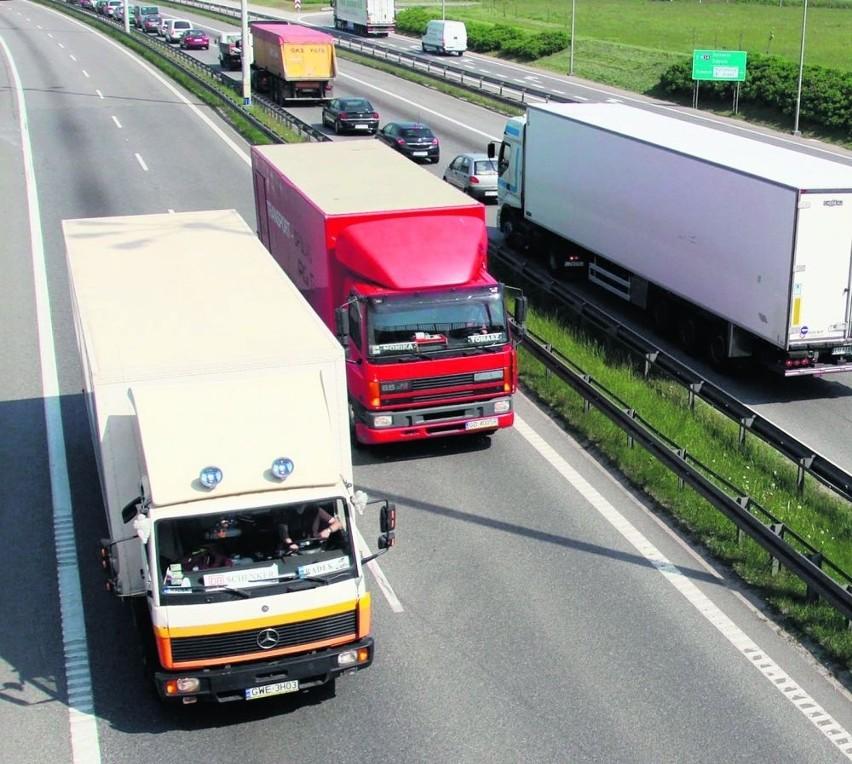 Zwiększony ruch tirów na pomorskich drogach to wynik wprowadzenia systemu viaTOLL