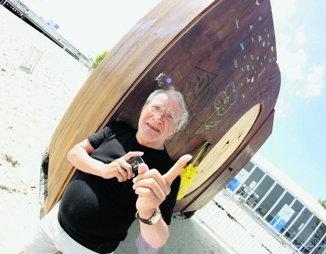 Józef Gębski na sopockiej  plaży z szafą w tle