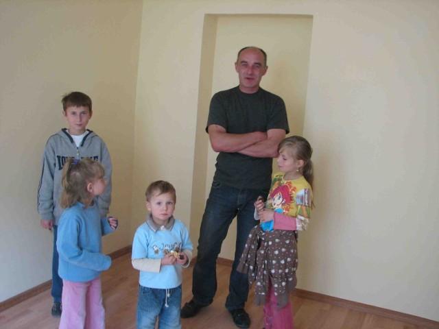 Jacek Kurzyckli z dziećmi,w nowym mieszkaniu, na które czekał dziewięć lat