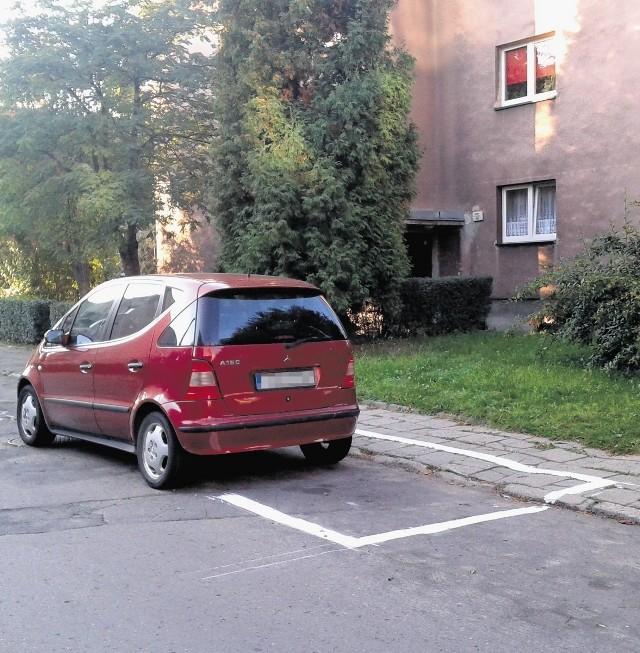 Auto stało, zostało obrysowane, a kiedy odjechało, pojawił się ciąg dalszy koperty. Stało więc legalnie czy nielegalnie?