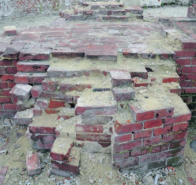 Zabytkowe mury forteczne Twierdzy Kraków sypią się