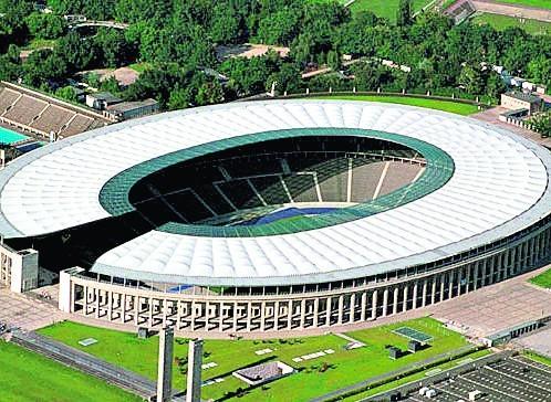 Berliński stadion Olimpijski, na którym odbyły się igrzyska w 1936 roku. Pierwsze częściowe zadaszenie wybudowano na potrzeby Mistrzostw Świata w Piłce Nożnej (1974 rok). Pełna modernizacja została przeprowadzona na początku tego wieku