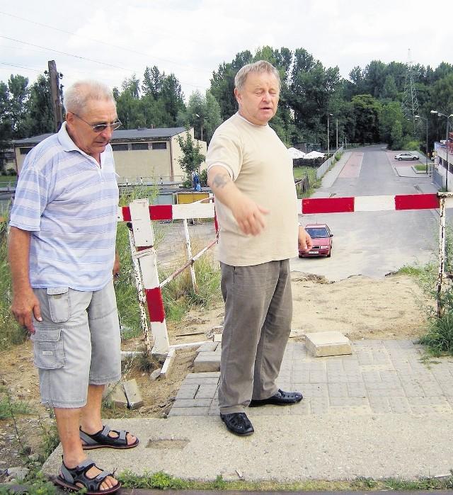 Robert Włosek (z lewej) i Wincenty Andrzejaszek proponują wybudowanie dla pieszych wygodnego tunelu pod torami