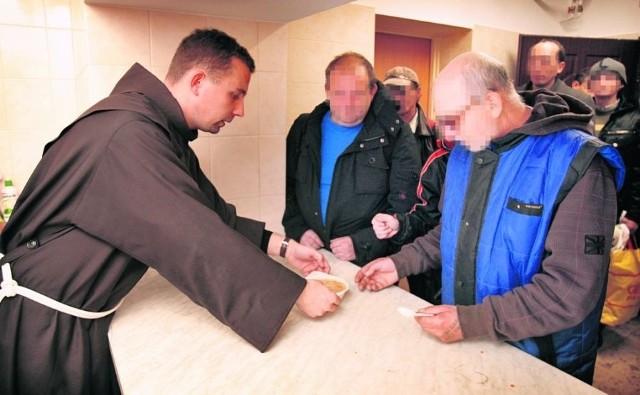 Brat Rafał Gorzołka, szef kuchni charytatywnej, wydaje fasolową. Chętnych nie brakuje
