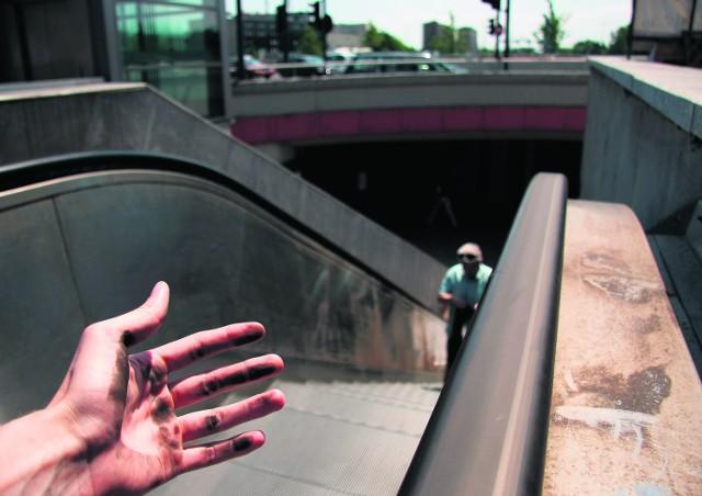 Poręcze schodów brudzą ręce ciemnym nalotem