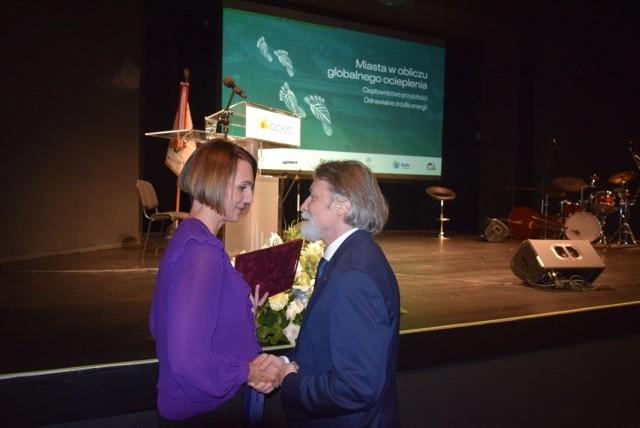 Beata Rutkiewicz, wiceprezydent Wejherowa, składa gratulacje prezesowi Januszowi Różalskiemu.