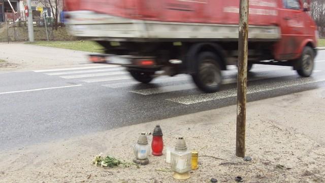 W miejscu, gdzie doszło do wypadku, palą się znicze