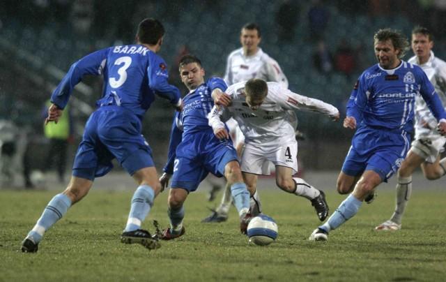 Przed rokiem na Stadionie Śląskim kibice zobaczyli aż pięć bramek - piłkarze Ruchu (niebieskie stroje) pokonali zabrzan 3:2, a mecz dostarczył widzom ogromnych emocji