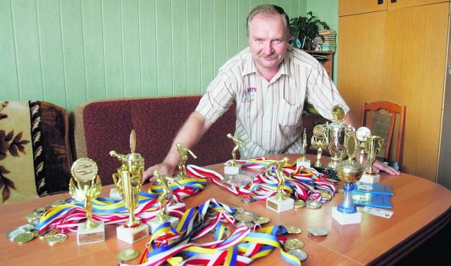To są medale i puchary za osiągnięcia moich dzieci - mówi pan Piotr Magdziak z Rudy Śląskiej