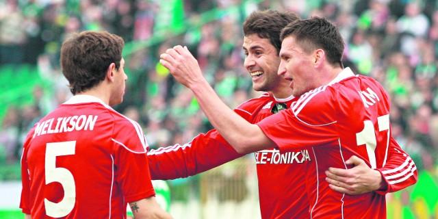 Maor Melikson, Cwetan Genkow i Andraż Kirm cieszą się po pierwszym golu strzelonym przez wiślaków