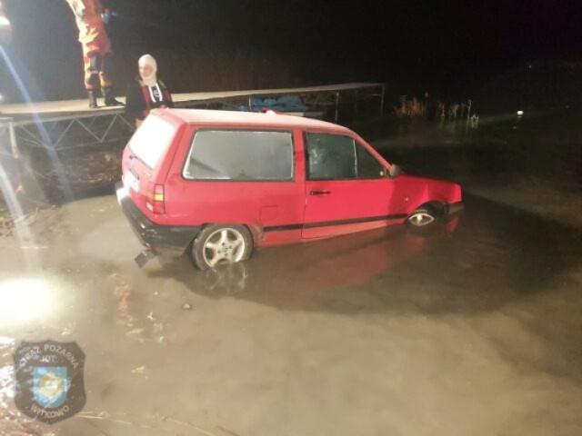 Skorzęcin. Pijany mieszkaniec zakończył swoją jazdę w wodzie. Postawiono mu zarzuty