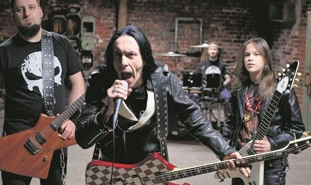 """Zespół Anti Tank Nun - czyli Przeciwpancerna Zakonnica. Na pierwszym planie Titus, z prawej o 30 lat młodszy Igor """"Iggy"""" Gwadera"""