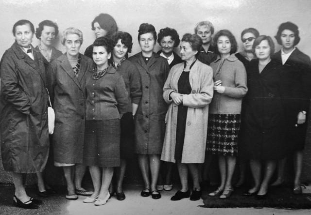 Dyrektor Józefina Szelińska (pierwsza z lewej) w otoczeniu pracownic Biblioteki Głównej Wyższej Szkoły Pedagogicznej w Gdańsku. Połowa lat 60.