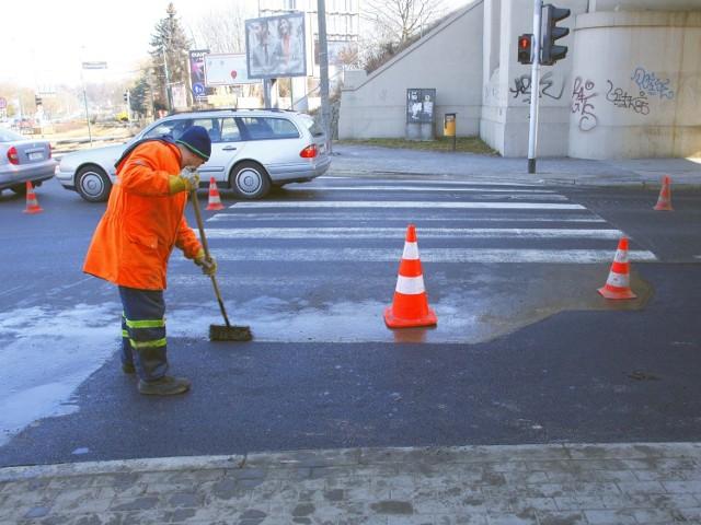 Drogowcy załatali dziurę na ulicy Nowowiejskiego