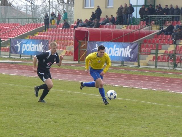 Przemysław Olejnik (żółta koszulka) strzelił w Piotrkowie pierwszego gola dla Mechanika Radomsko