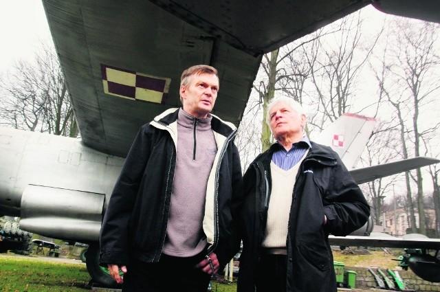 Józef Głowacki i Jerzy Pławski przy gdyńskim Muzeum Marynarki Wojennej