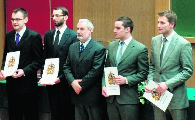 Prorektor Waldemar Kamrat z czwórką finalistów. Drugi z lewej Tadeusz Chruściel