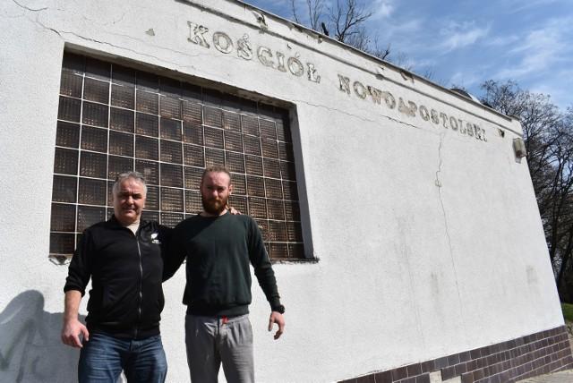 Jörg Miekley i Wojciech Worona przed budynkiem, w którym mieścił się kiedyś kościół nowoapostolski, a będzie cukiernia.
