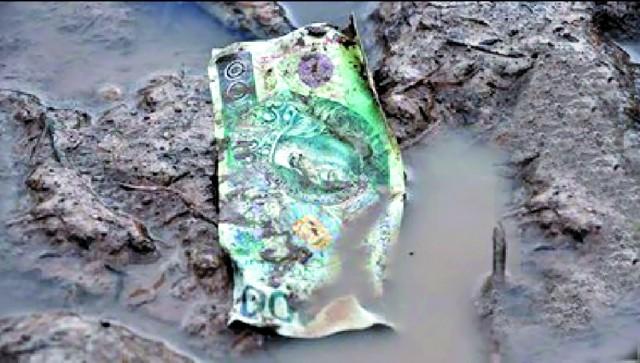 Na miejscu katastrofy bez trudu można znaleźć m.in. banknoty i fragmenty obuwia