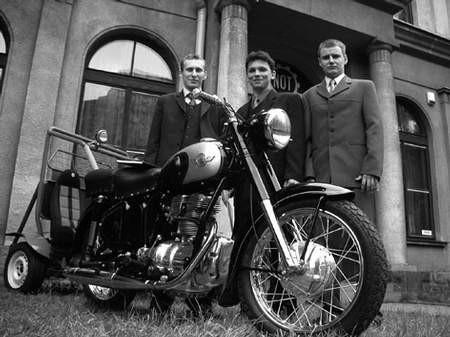 Od lewej: Piotr Kuboszek, Michał Jaroszewski i Łukasz Pieszka przy odnowionym simsonie z 1958 roku. fot. JACEK ROJKOWSKI