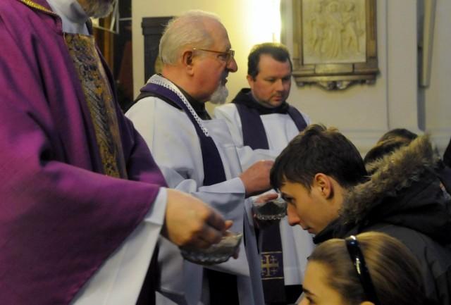 """""""Prochem jesteś i w proch się obrócisz"""" - będą powtarzać dziś duchowni posypując głowy wiernych popiołem"""