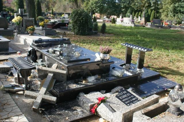 Władze Pęczniewa oferują 5 tys. zł za wskazanie sprawców dewastacji cmentarza.