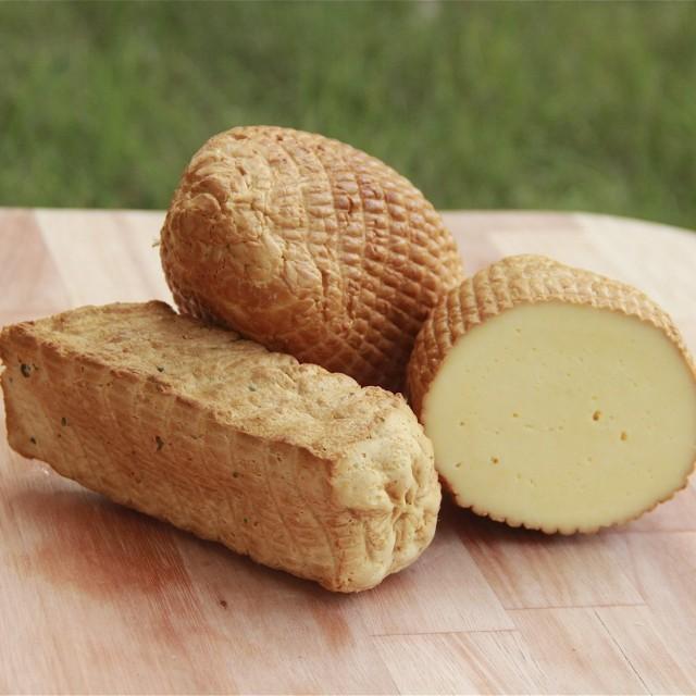 Smędzony Sér w smaku typowego wędzonego sera, rewelacyjny do zapiekania i podawania z żurawinami czy powidłami śliwkowymi. Lekko żółty, w bursztynowej skórce. Produkowany oczywiście w Osadzie Burego Misia w Nowym Klinczu