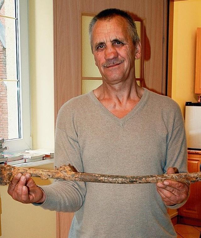 Jerzy Marcinkowski ze znalezionym muszkietem