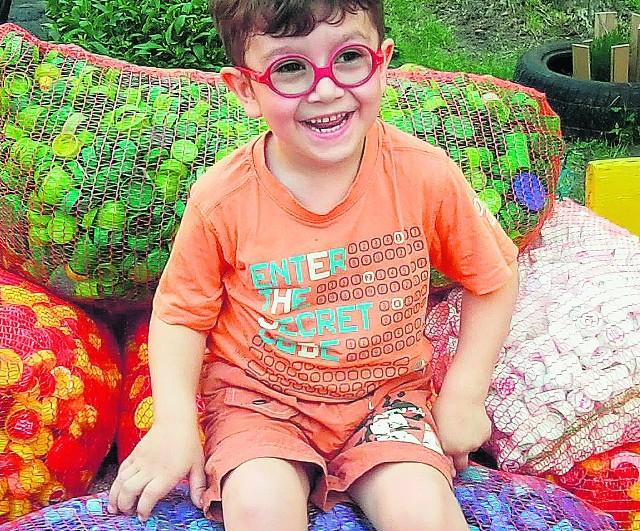 Pięcioletni Oliwer dzięki nakrętkom może się rehabilitować