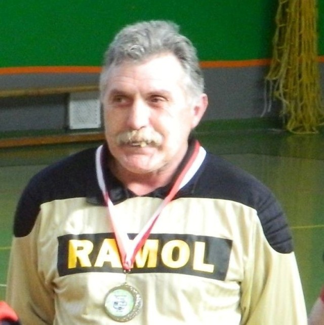 Zdjęcie z ostatnim medalem w hali – srebrnym za wicemistrzostwo w Powiatowej Lidze Oldbojów w kategorii 50+, wręczonym podczas Turnieju podsumowującego 18 marca 2018 r.