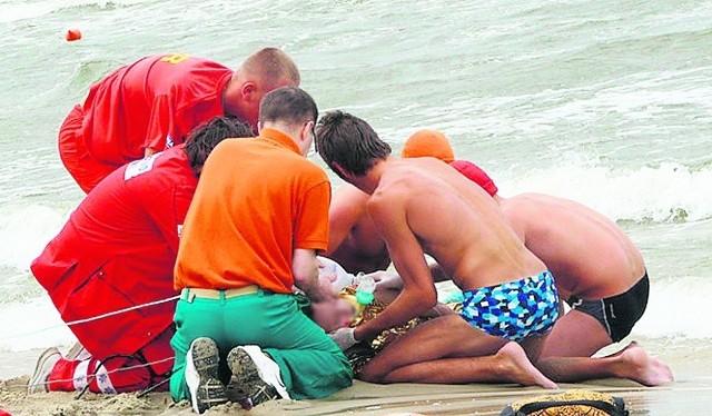 Ratownicy w Krynicy Morskiej udzielają osobie wyciągniętej z wody pierwszej pomocy