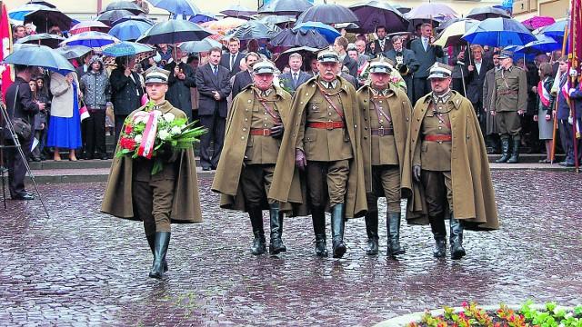 Mimo deszczu, tarnowskie uroczystości przed Grobem Nieznanego Żołnierza zgromadziły w poniedziałek kilkaset osób