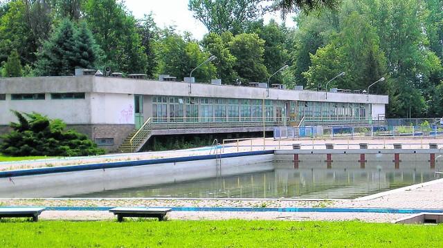 W ubiegłym roku letnia pływalnia w Mościcach świeciła pustkami, a jej bramy przez cały sezon zamknięte były na kłódkę