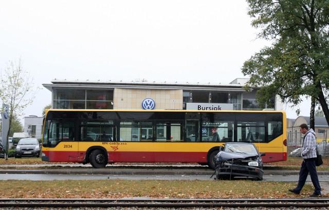 We wtorek przed południem na Pabianickiej samochód osobowy wjechał w stojący autobus MPK.