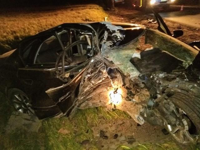 Wypadek na trasie Sobiesierzno-Gortatowo. Auto uderzyło w drzewo