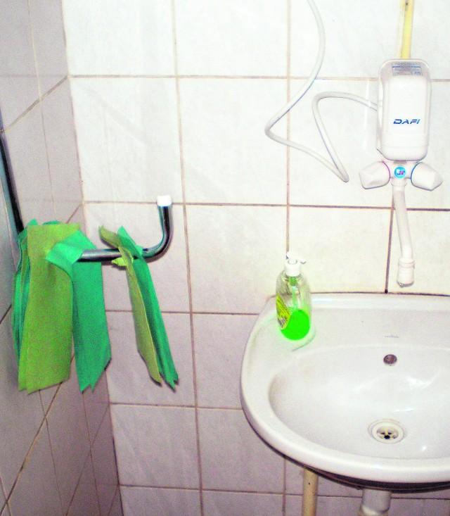 Przy umywalce brakowało dozowników mydła i ręczników
