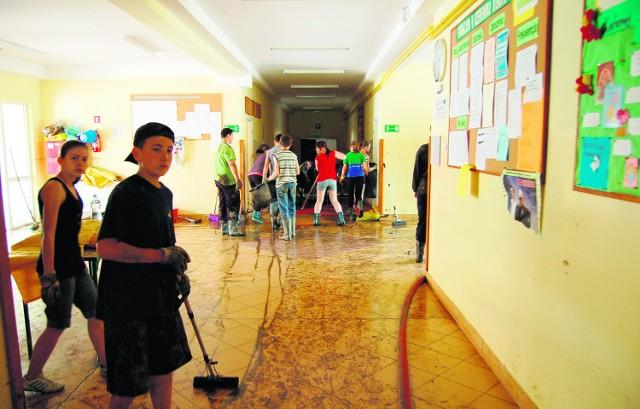 Uczniowie z gimnazjum w Rzepienniku Strzyżewskim nie mają lekcji, tylko sprzątają szkołę