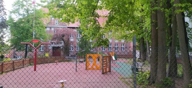 Małgorzata B. była wicedyrektorem Szkoły Podstawowej nr 2 w Wąbrzeźnie. Na ręce dyrektora tej szkoły Ilony Czarneckiej złożyła w lutym 2020 r. rezygnację z pełnienia tej funkcji