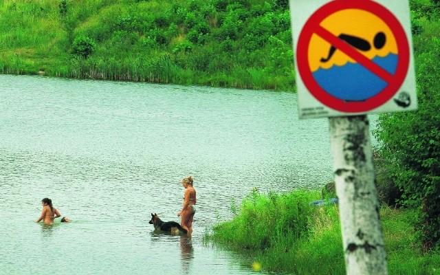Nad stawem Balaton, w Staniszowie koło Jeleniej Góry, nie brakuje amatorów kąpieli, mimo obowiązującego tu i dobrze widocznego zakazu. O bezpieczeństwo nikt nie dba, nie ma tu przecież ratowników. Dodatkowo, dno stawu jest muliste. Jak ostrzegają woprowcy, przy brzegu jest dość płytko, ale nagle, już po jednym po kroku, głębokość zbiornika może sięgać nawet dwóch metrów.