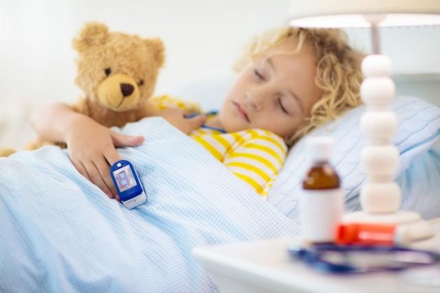 Nowe mutacje koronawirusa SARS-CoV-2 sprawiają, że objawy wywoływanej przez nie infekcji są częściej obserwowane wśród dzieci