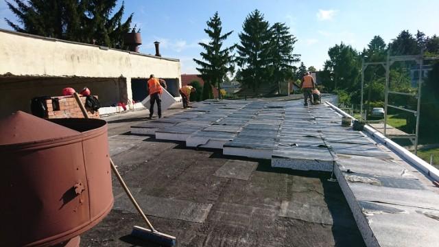 Trudno uwierzyć, ale to dach warsztatów szkolnych w trakcie remontu