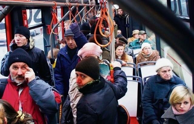 Zmniejszenie częstotliwości kursowania tramwajów na pewno wpłynie na większy w nich tłok
