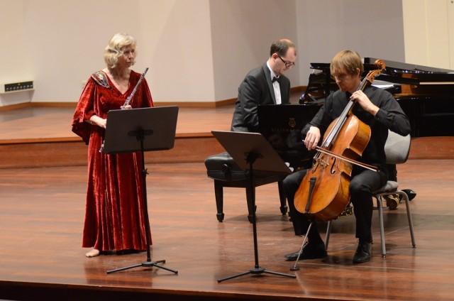 Flecistka Gro Sandvik, pianista Michał Francuz i wiolonczelista Tomasz Lisiecki podczas koncertu finałowego w Auli Nova