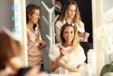 NAJMODNIEJSZE fryzury damskie w 2021. Nie wiesz, jak się ostrzyc? Zobacz fryzjerskie trendy na wiosnę! [22.09.2021]